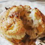 Muffin di grano saraceno con pesche e lime