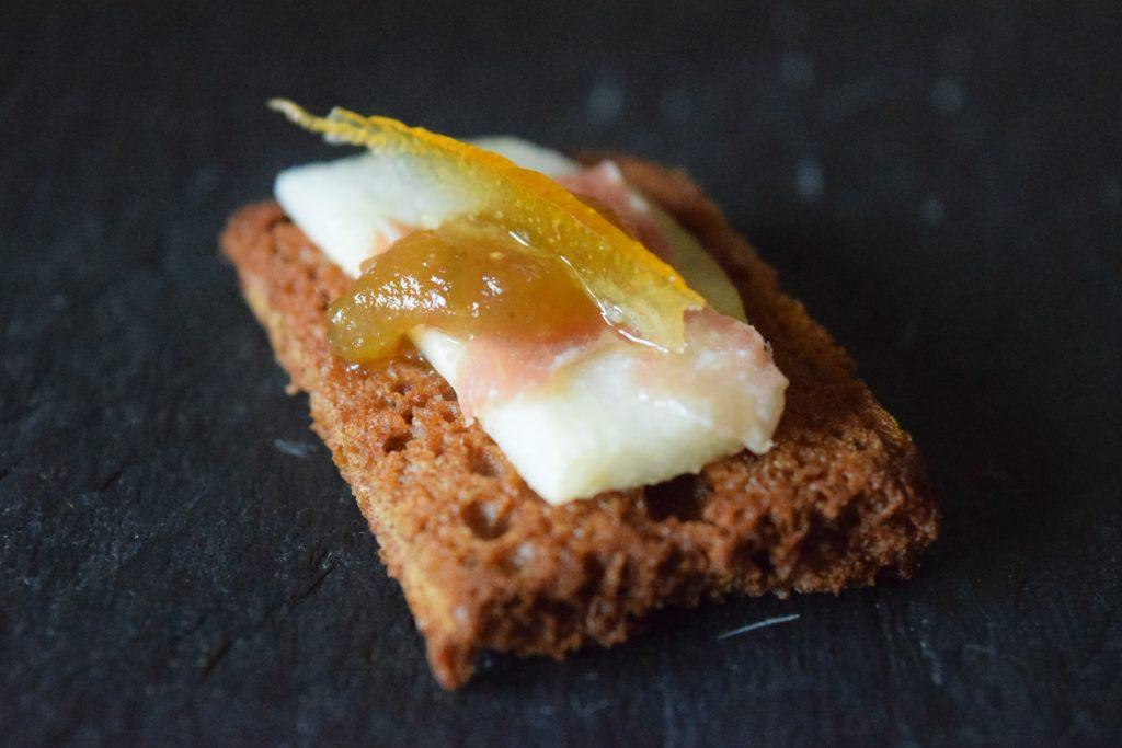 Crostino di pan di spezie con pera, lardo e scorza d'arancia candita