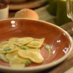 Cuori di pasta ricotta pepe e fave