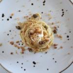 Spaghetti con alici capperi e aglio nero